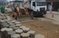 Obras de pavimentação e drenagem da Estrada do Cascalho em Boiçucanga são intensificados