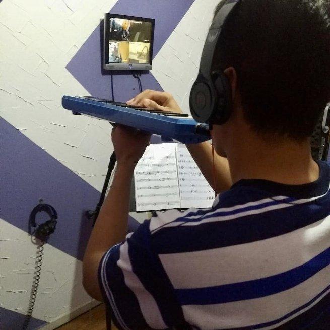 Escola de São Sebastião inova com aulas de música pela internet para alunos do Ensino Fundamental
